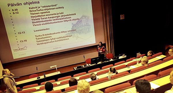 Ohjelmajohtaja Päivi Saalasto auditoriossa.