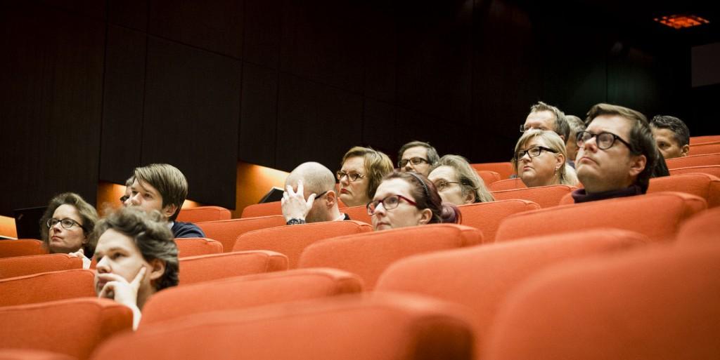 Yleisöä auditoriossa.