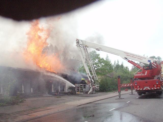 13 -14-vuotiaat nuoret leikkivät autiotalon sisällä tulella ja rakennus paloi maan tasalle. Onneksi ei tullut henkilövahinkoja.
