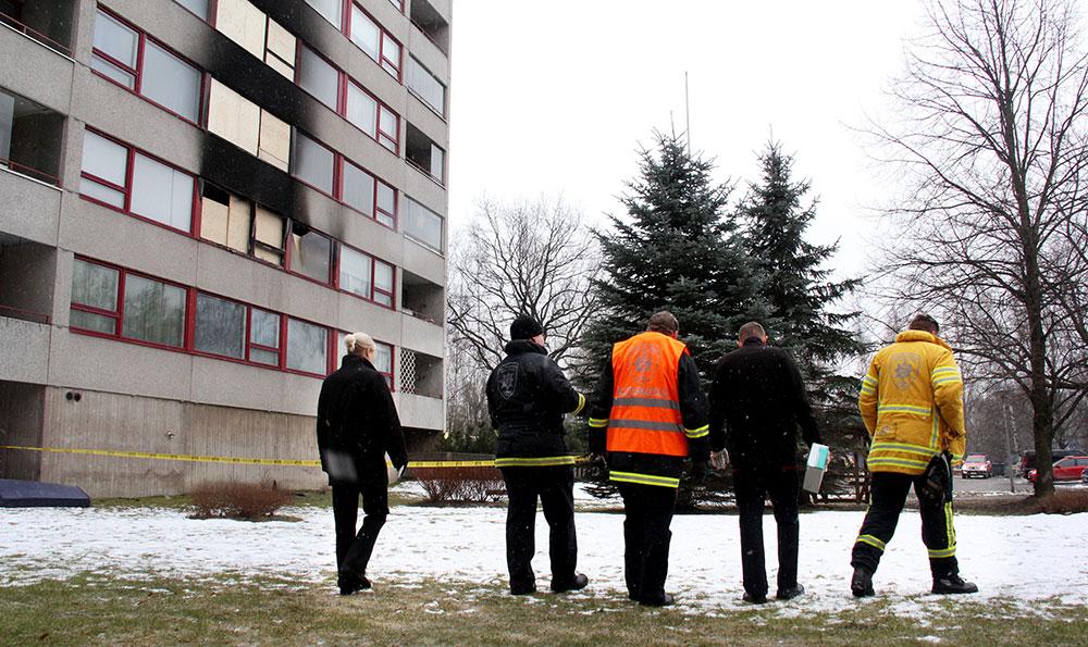 Päivystävät palotarkastajat tekevät tiivistä yhteistyötä myös operatiivisen palvelualueen kanssa. Kuvassa Kemppilän kerrostalopaloalueen läpikäynti Turussa.