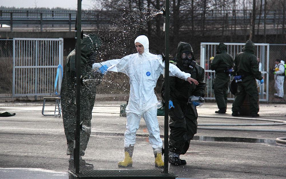 Vakavat kemikaalionnettomuudet ovat onneksi harvinaisia, mutta silti vakavasti otettavia. Kuvassa harjoitellaan pesulinjaston käyttöä Turun satamassa.
