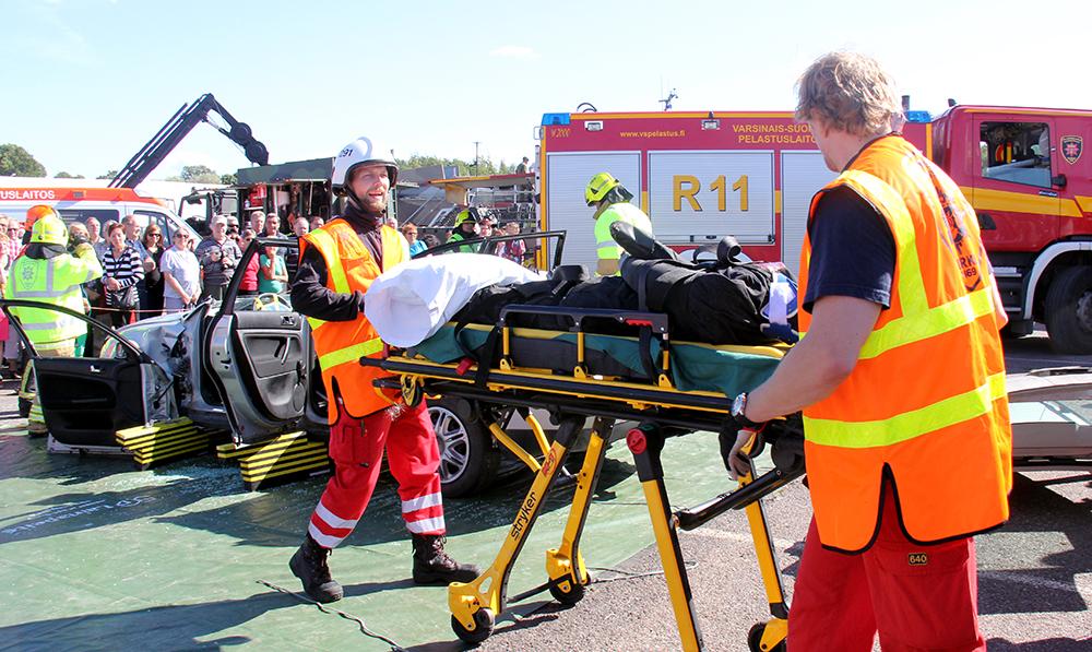Onnettomuuspaikalle kerääntyvät uteliaat vaikeuttavat pelastusviranomaisten työtä ja asettavat mahdollisesti myös itsensä vaaralle alttiiksi. (Tämä kuva on Turun Messuilla järjestetystä pelastusnäytöksestä.)
