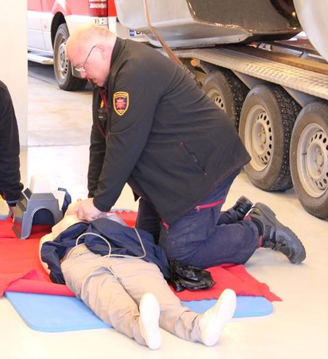Pelastuslaitos kouluttaa henkilöstöään järjestämällä mm. ensiapukursseja.