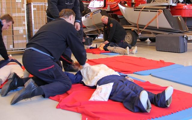 Pelastuslaitoksen henkilökunta harjoittelee ensiaputaitoja ensiapukurssilla.