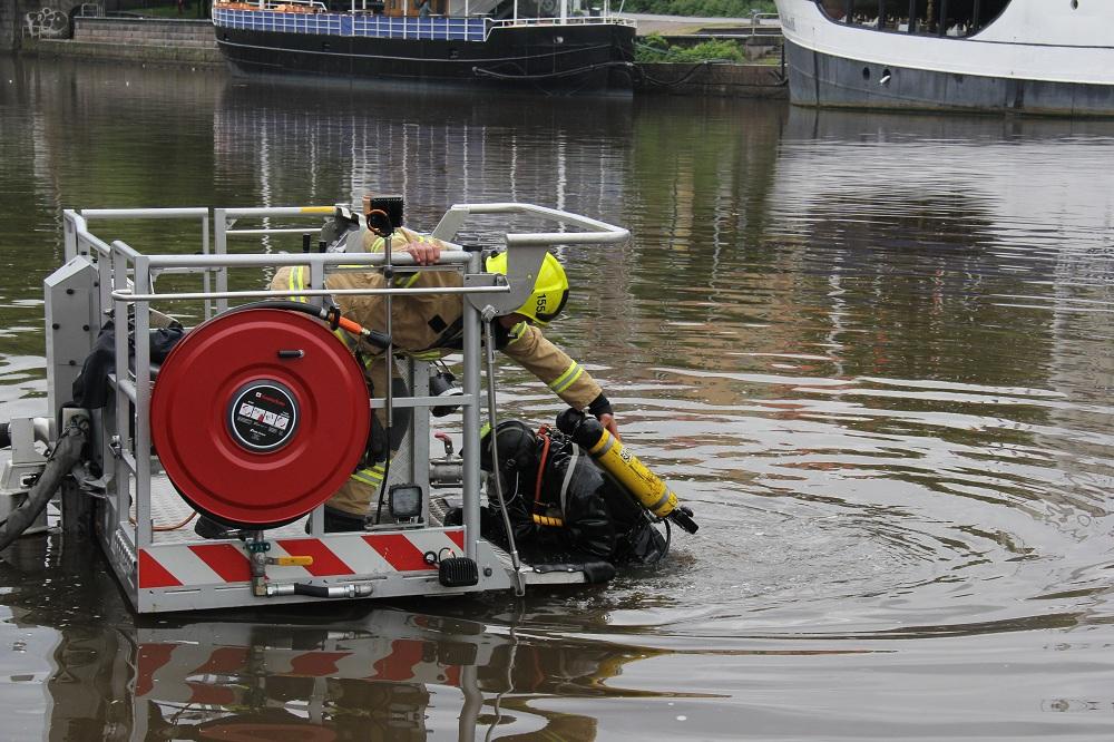 Joskus myös pelastussukeltaja nostetaan vedestä puomitikasauton avulla. Kuvassa pelastusharjoitus Aurajokirannassa.
