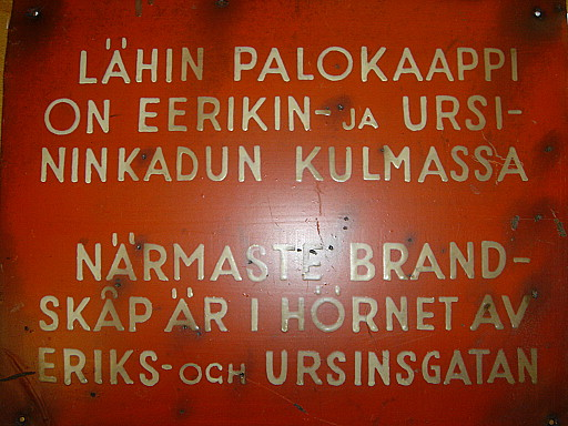 Turun keskuspaloaseman kätköistä löytynyt vanha kyltti palokaapin sijainnista.