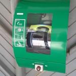 Defibrillaattoreita on myös mm. Leirikeskuksissa. Kuvan laite löytyy Sauvon Ahtelan nuorisoleirikeskuksen päärakennuksen ulkoseinästä.