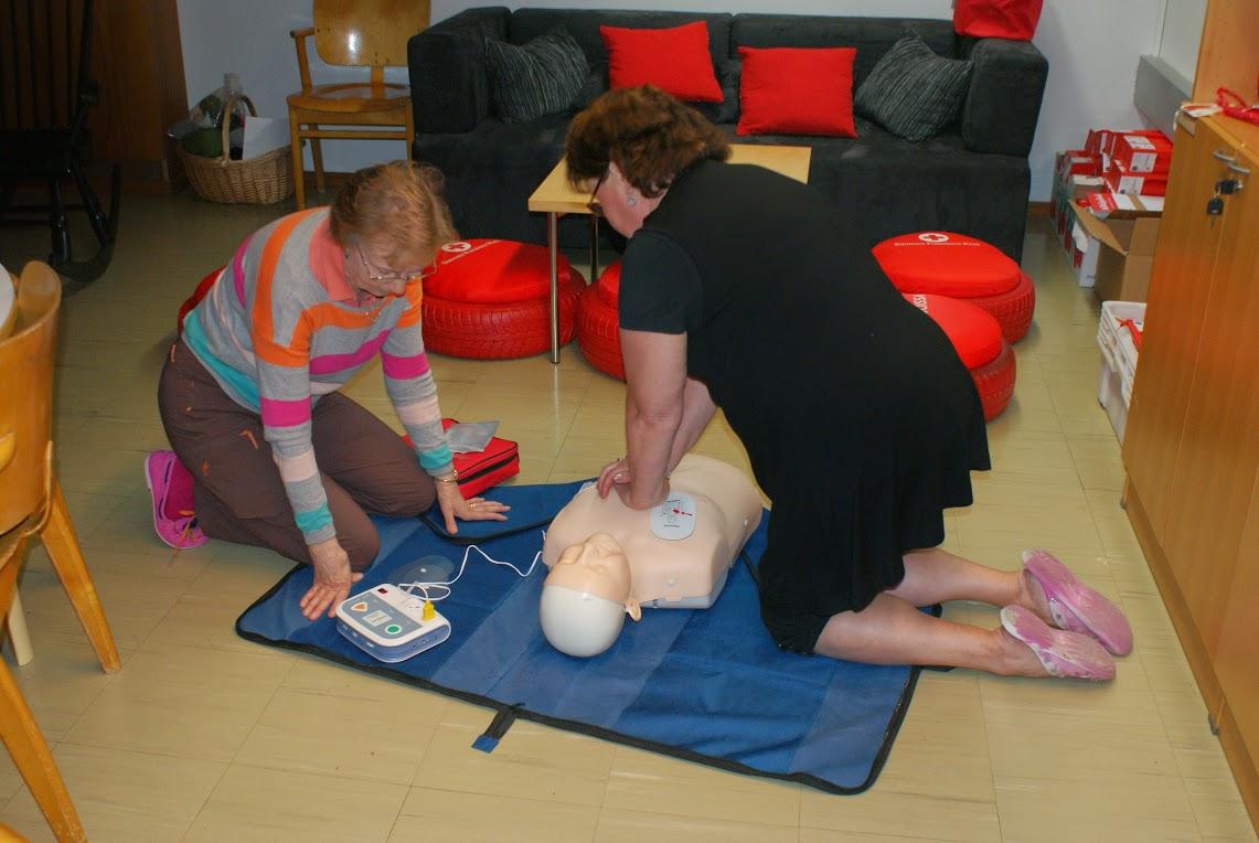 Ensiapukurssilla opit käyttämään defibrillaattoria ja tunnistamaan tilanteen, jolloin sitä tulisi käyttää. Kuvassa SPR Peimarin ensiapuryhmäläisiä harjoittelemassa.