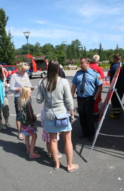 Pelastuslaitos toteuttaa turvallisuusviestintää mm. osallistumalla erilaisiin tapahtumiin. Kuva Saariston turvallisuuspäivä -tapahtumasta kesällä 2014.