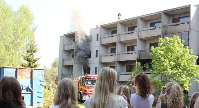 Nimikilpailun voittanut luokka pääsi seuraamaan kerrostalon tulipalon sammuttamista turvallisen matkan päästä.