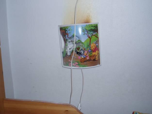 Barnen har lekt och ett kramdjur har fallit in i lampan.
