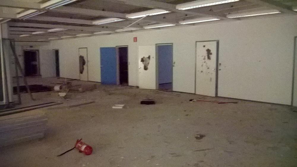 Lähes kaikki ovet oli rikottu.