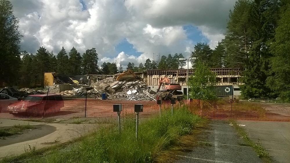 Rakennusta puretaan parhaillaan.