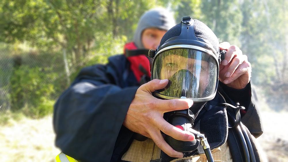 Savusukellukseen valmistautumista, varmistellaan että maski on tiivis.