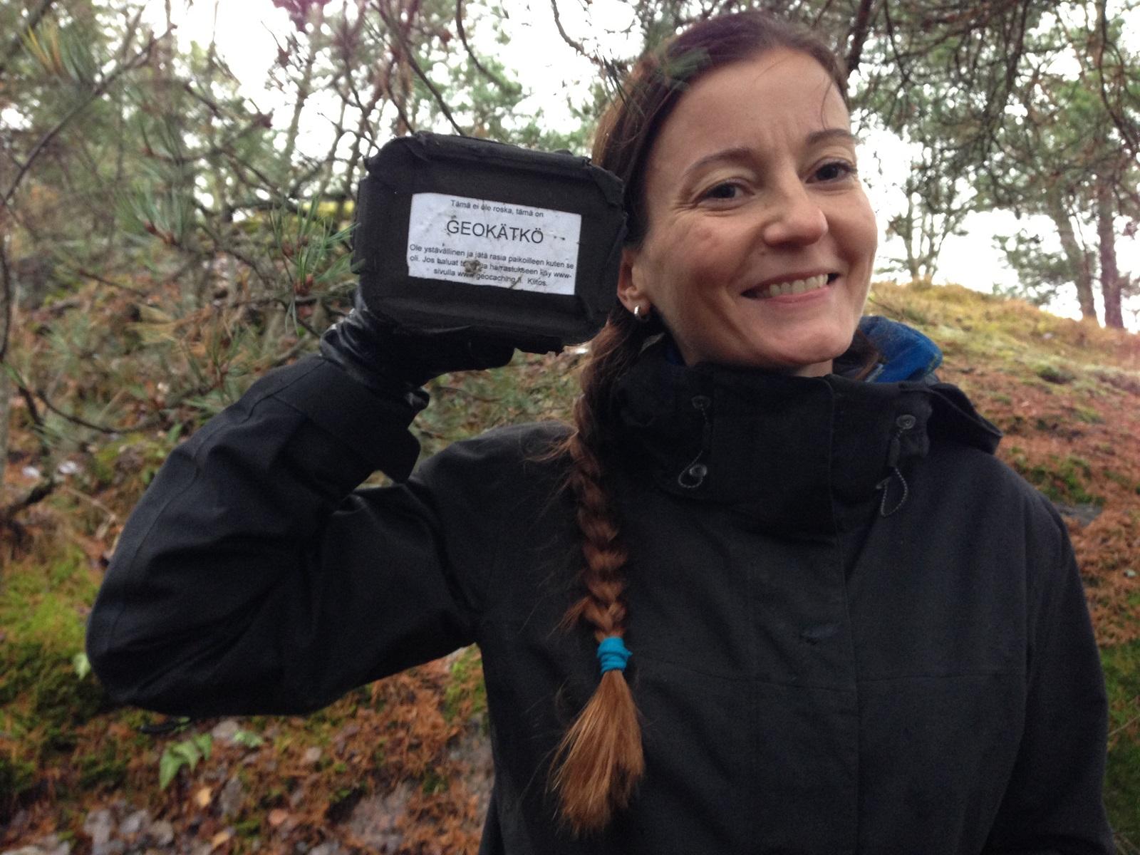 Ensimmäinen purkki! Hymystä päätellen pelastuslaitoksen koulutussuunnittelija Tanja Uusitalon mielestä geokätköily on ihan jees.