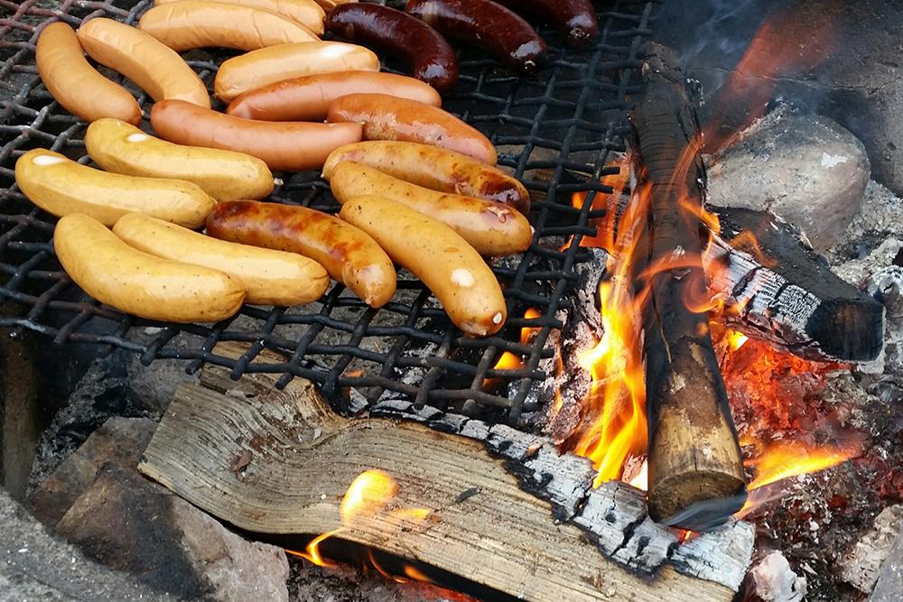Kesän herkut maistuvat, kun ne paistuvat grillissä tai nuotiolla. Muista maltti tulen kanssa.
