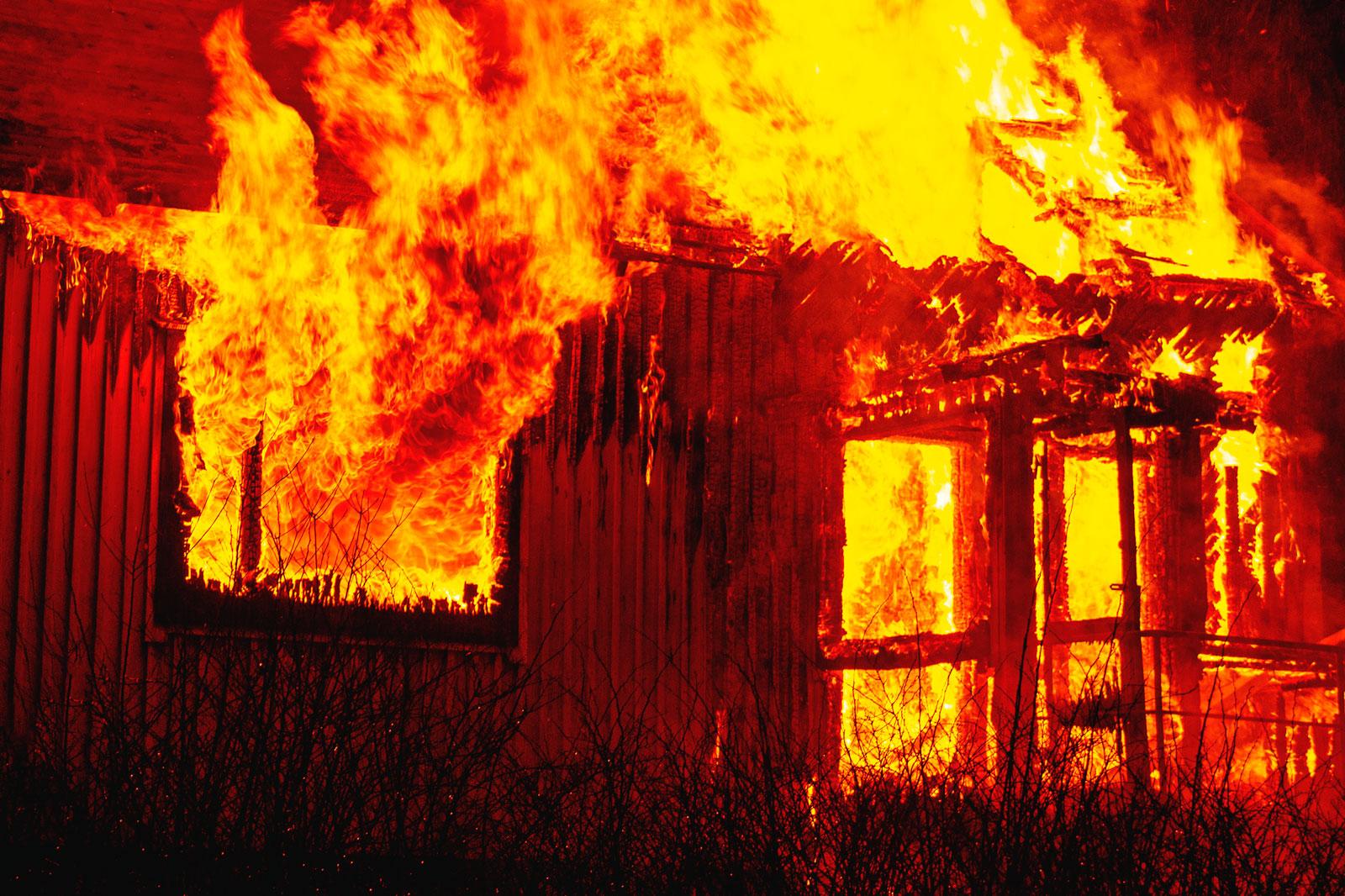 Kuvassa on palava talo.