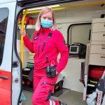 Kuvassa on ensihoitaja ambulanssissa.